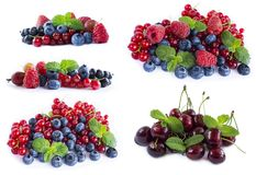 Insieme della frutta fresca e delle bacche Mirtilli, uva passa e lamponi maturi Varie bacche fresche di estate su fondo bianco be Immagine Stock