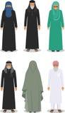 Insieme della gente anziana araba diritta differente nell'abbigliamento arabo musulmano tradizionale su fondo bianco in piano Immagine Stock