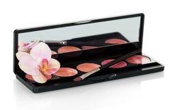 Insieme della lucentezza del labbro, della spazzola cosmetica e del fiore dell'orchidea isolati su w Fotografia Stock