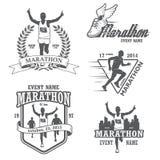 Insieme della maratona corrente e degli emblemi pareggianti royalty illustrazione gratis