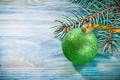 Insieme della palla di Natale di verde del ramo dell'abete sul celebrati del bordo di legno Immagine Stock