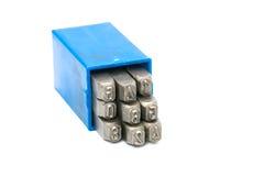 Insieme della perforazione di numero del bollo del metallo in scatola di plastica blu Immagine Stock Libera da Diritti