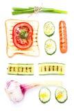 Insieme della prima colazione del pane del pane tostato, del pomodoro, della salsiccia e delle erbe, isolato Immagine Stock