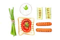 Insieme della prima colazione del pane del pane tostato, del pomodoro, della salsiccia e delle erbe, isolato Fotografia Stock