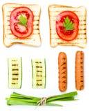 Insieme della prima colazione del pane del pane tostato, del pomodoro, della salsiccia e delle erbe, isolato Fotografie Stock Libere da Diritti