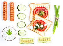 Insieme della prima colazione del pane del pane tostato, del pomodoro, della salsiccia e delle erbe, isolato Immagini Stock Libere da Diritti