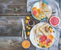 Insieme della prima colazione della vitamina della primavera Crêpe sottili o Immagine Stock