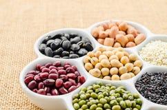 Insieme della raccolta dei fagioli, legumi, piselli, lenticchie sulla ciotola ceramica Fotografia Stock