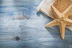 Insieme della rafia del fiocco delle stelle marine sul concetto di sanità del bordo di legno Fotografia Stock