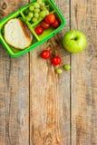 Insieme della refezione con la mela e verdure nella derisione di vista superiore del fondo del lunchbox su Immagini Stock Libere da Diritti