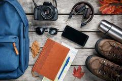 Insieme della roba di viaggio su fondo di legno Fotografia Stock Libera da Diritti
