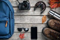 Insieme della roba di viaggio su fondo di legno Fotografie Stock