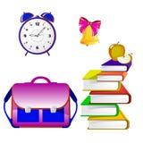Insieme della scuola, cartella, libro, sveglia, campana, mela su un fondo bianco Fotografia Stock