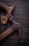 Insieme della sega a mano e del martello da carpentiere arrugginiti sul bordo di legno Immagini Stock Libere da Diritti