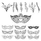 Insieme della siluetta disegnata a mano nera festiva isolata della maschera sui precedenti bianchi con le piume e le foglie royalty illustrazione gratis