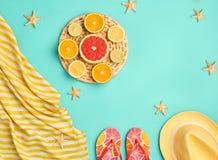 Insieme della spiaggia di estate di modo Frutta tropicale minimo Fotografie Stock