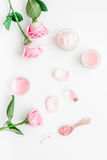 Insieme della stazione termale con i fiori ed il cosmetico rosa per il corpo sulla vista superiore del fondo bianco dello scritto Immagine Stock Libera da Diritti