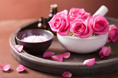 Insieme della stazione termale con il sale rosa degli oli essenziali del mortaio dei fiori Fotografia Stock Libera da Diritti