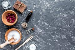 Insieme della STAZIONE TERMALE di aromaterapia con il modello scuro di vista superiore del fondo dell'olio naturale e del sale Immagini Stock