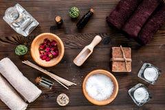 Insieme della STAZIONE TERMALE di aromaterapia con la vista superiore del fondo di legno naturale dell'olio e del sale Fotografie Stock Libere da Diritti