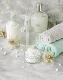 Insieme della stazione termale su una tavola di marmo bianca con una pila di asciugamani, fuoco selettivo fotografie stock