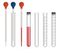 Insieme della strumentazione di laboratorio Strumenti di misura di vetro e piatti speciali Pipette con una scala e una lampadina  fotografie stock libere da diritti