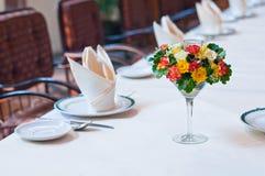 Insieme della tavola con i fiori Fotografie Stock Libere da Diritti