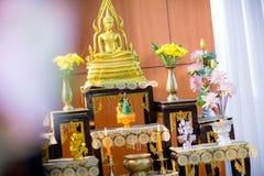 insieme della tavola dell'altare nel corridoio di nozze metta in scena per il posto che la statua di Buddha per prega ed adori pr Fotografie Stock Libere da Diritti