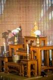 insieme della tavola dell'altare, statua di Buddha disposta sulla tavola dell'altare nella stanza del corridoio Immagini Stock