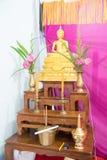 Insieme della tavola tailandese dell'altare con il merlo acquaiolo della statua di Buddha e dell'acqua santa Fotografie Stock Libere da Diritti