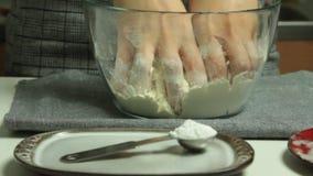 Insieme della torta della mela e della banana di cottura della donna a casa archivi video