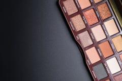Insieme della vista superiore piana delle tonalità dell'ombretto di cioccolato sul nero Immagine Stock