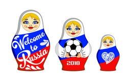 Insieme delle bambole di incastramento con il benvenuto dell'iscrizione in Russia, 2018 e pallone da calcio Fotografia Stock Libera da Diritti