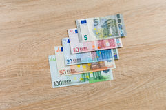 Insieme delle banconote dei soldi da 5 all'euro 100 Fotografia Stock