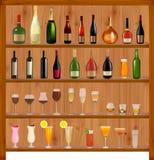 Insieme delle bevande e delle bottiglie differenti sulla parete. Fotografia Stock