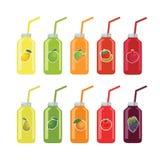 Insieme delle bottiglie con le paglie con frutta e succo di verdura su w Immagine Stock