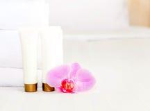 Insieme delle bottiglie cosmetiche su un fondo bianco Immagine Stock