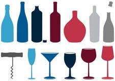 Insieme delle bottiglie, dei vetri e del corkscre del liquore Immagini Stock