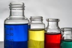 Insieme delle bottiglie del laboratorio con liquido immagine stock libera da diritti