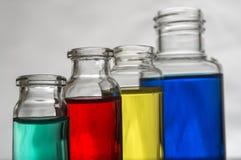 Insieme delle bottiglie del laboratorio con liquido Fotografie Stock