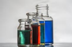 Insieme delle bottiglie del laboratorio con liquido fotografia stock