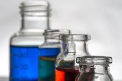 Insieme delle bottiglie del laboratorio con liquido Fotografia Stock Libera da Diritti