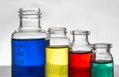Insieme delle bottiglie del laboratorio con liquido immagini stock libere da diritti