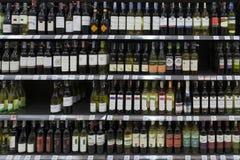 Insieme delle bottiglie dell'alcool su uno scaffale Fotografie Stock