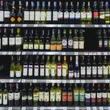 Insieme delle bottiglie dell'alcool su uno scaffale Fotografie Stock Libere da Diritti