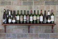 Insieme delle bottiglie dell'alcool sulla parete Fotografia Stock Libera da Diritti