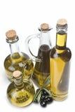 Insieme delle bottiglie dell'olio di oliva e delle olive nere. Fotografia Stock
