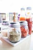 Insieme delle bottiglie della salsa e del condimento Fotografia Stock Libera da Diritti