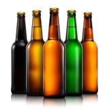 Insieme delle bottiglie di birra su fondo bianco Fotografia Stock