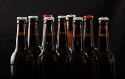 Insieme delle bottiglie di birra su fondo nero Fotografie Stock Libere da Diritti